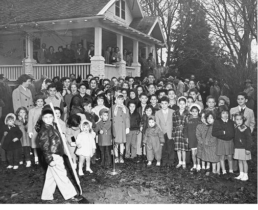 Children and others attend the groundbreaking ceremony of the Riverside synagogue. / Photo courtesy of Congregation B'nai Israel